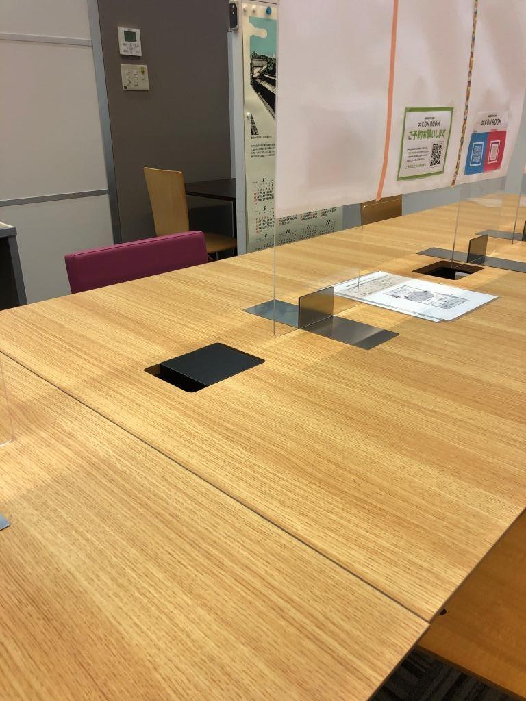 インフィニットコンルームの電源はテーブルの下にありました