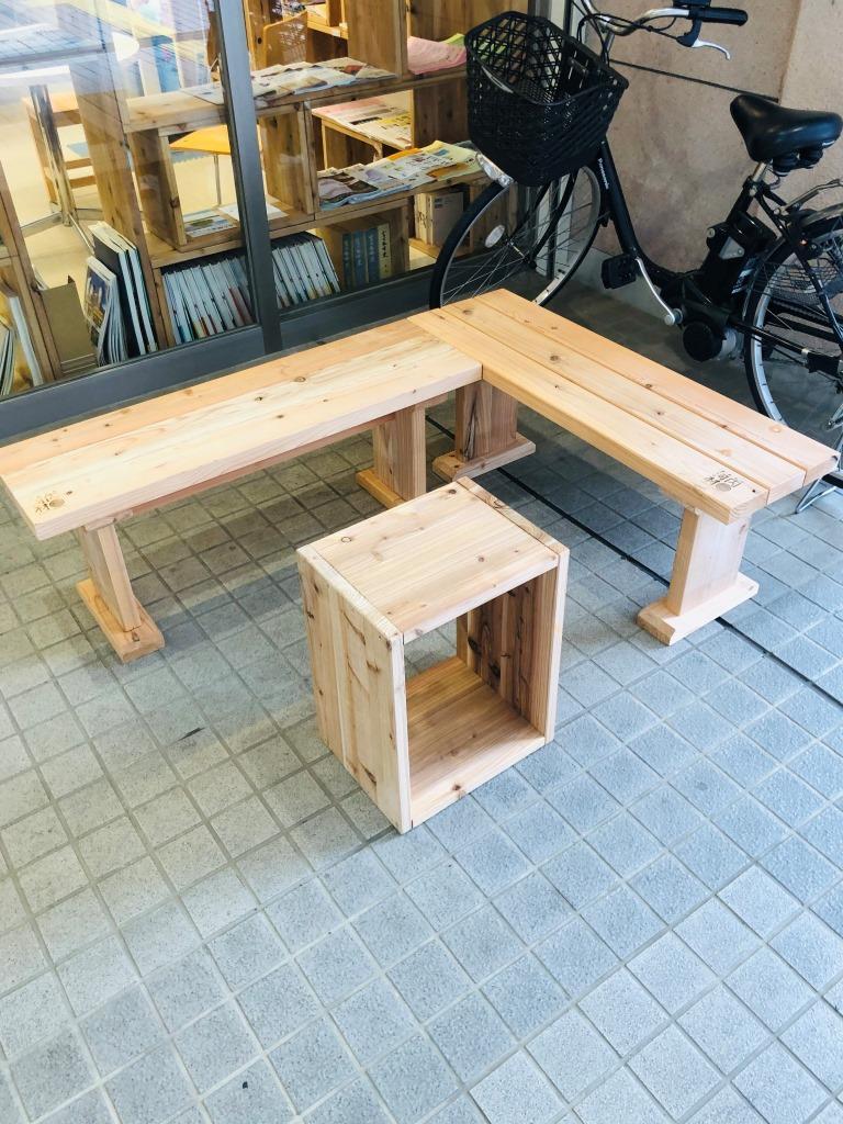 施設の外に手製のベンチ