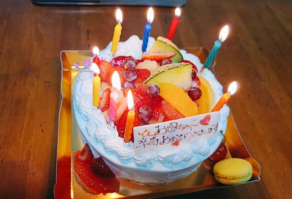 火を灯した誕生日ケーキ