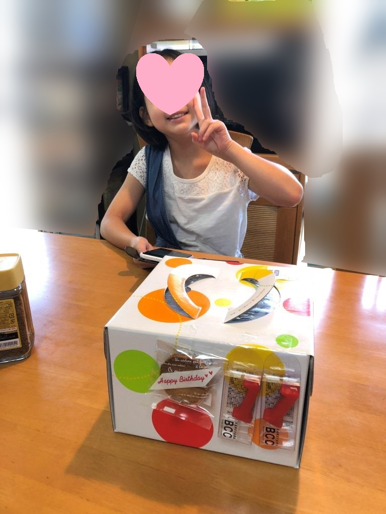 誕生日ケーキを前に、ご機嫌な娘