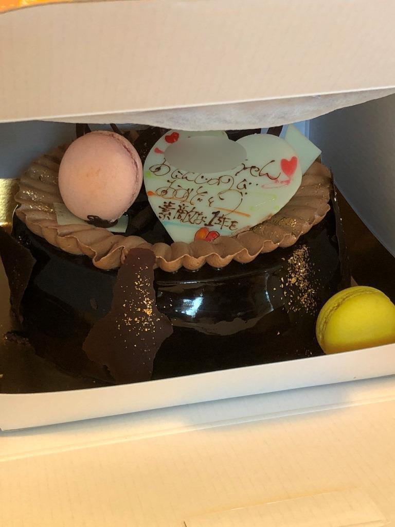 カラフルなケーキの箱を開けると・・・